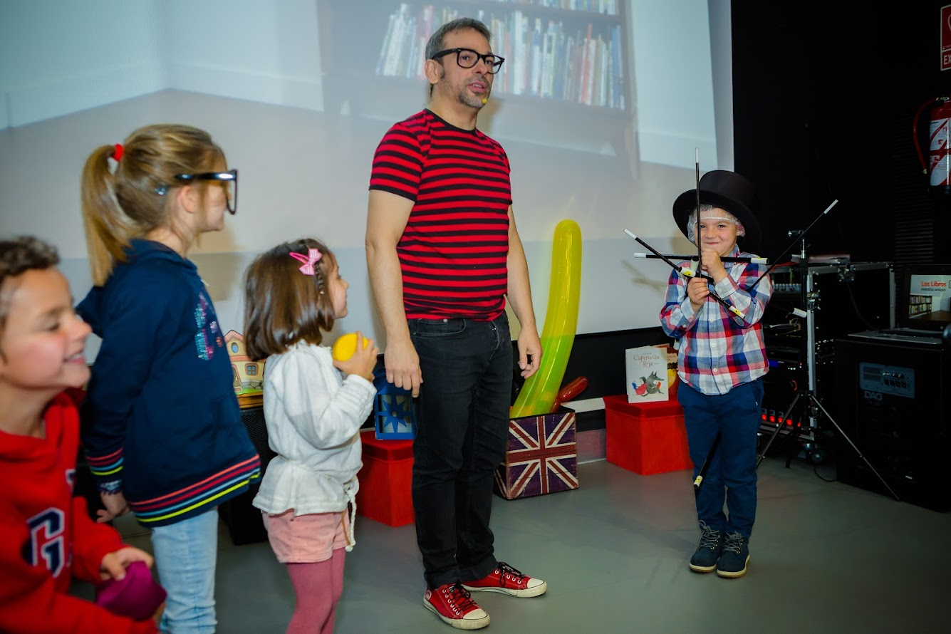 niño con mucha varitas en show de magia Alfonso V