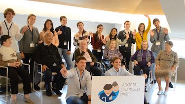 Un grupo de jóvenes voluntarios del proyecto, junto a mayores beneficiarios