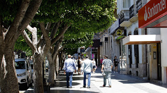 Los hombres de Turki Al-Sheikh por el Paseo de Almería.