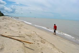 Photo: la spiaggia alla foce del fiume, Mar di Giava