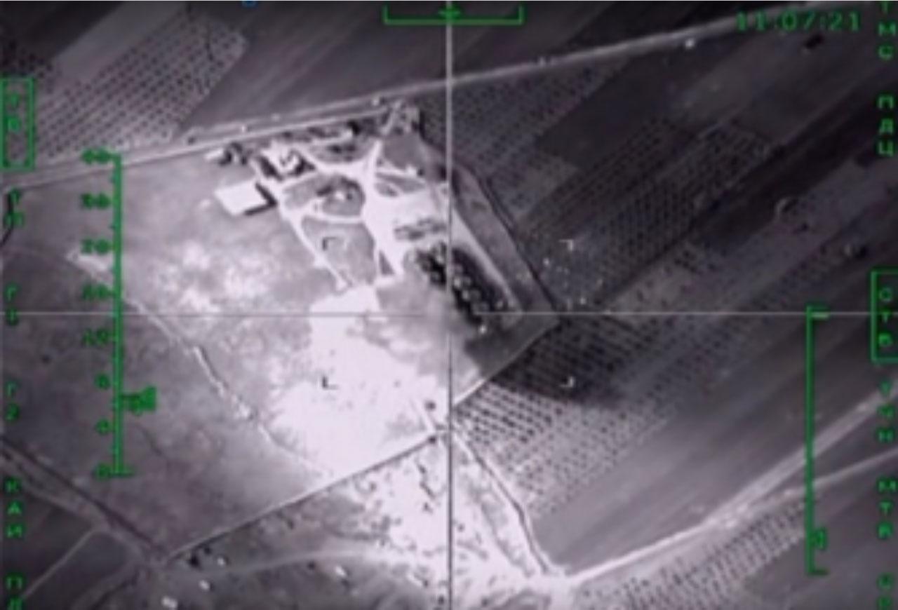 Скриншот из видео российского Министерства обороны, на котором показан авиаудар, предположительно, по нефтехранилищу возле сирийского города Аль-Тавра