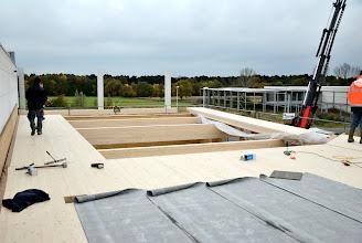 Photo: 08-11-2012 © ervanofoto Bij het vorderen van het dichtleggen van het dak wordt onmiddellijk een waterdichtingslaag aangebracht. Een laag roofing wordt op het hout gebrand.