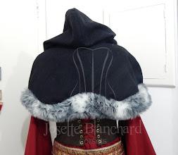 Photo: Capa curta com capuz em lã com pêlo sintético e fvela frontal.   A partir de R$ 140,00.  Todo figurino é único e exclusivo. Para orçamentos de peças similares é só entrar em contato.