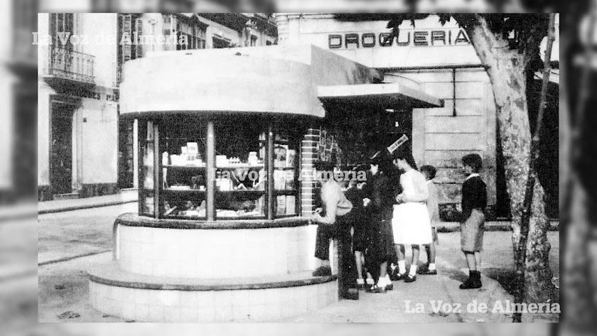 El recordado y querido kiosco de Ramos, en la Plaza del Marqués de Heredia. En los años cincuenta era un sitio sagrado para los niños y niñas.