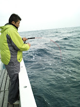 """Photo: 「うわー!キターッ!」は、初乗船の""""オオシマさん""""! ライトタックルのラインが出されるー!"""