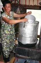 Photo: 03313 ハドブルグ家/アルヒ(蒸留酒)の蒸留/馬以外の家畜の乳を発酵させ蒸留した酒