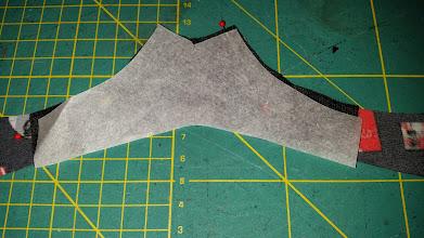 Photo: Gebruik het papier van de vliesofix voor protectie tegen de hete strijkbout. Use the vliesofixpaper for protection of the heat of the iron.