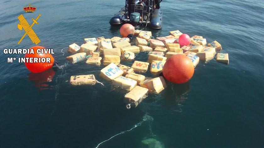 Fardos de hachís recuperados de los fondeos de los narcotraficantes.