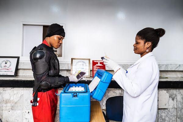 Joseph Kalu, conductor de LifeBank, entregando sangre a un hospital de Lagos.