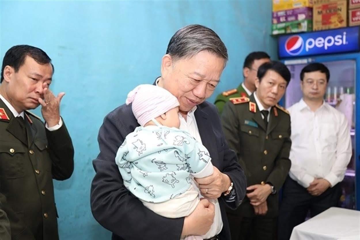 Đại tướng Tô Lâm, Bộ trưởng Bộ Công an ân cần bế con nhỏ của Đại uý Phạm Công Huy