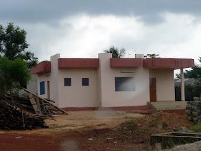 Photo: et le bâtiment flambant neuf, futur logement de la compétente infirmière Viviane