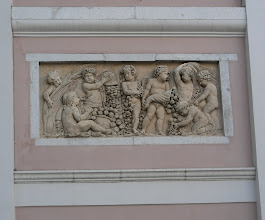 Photo: 012 Korkokuva talon seinässä Triestessä