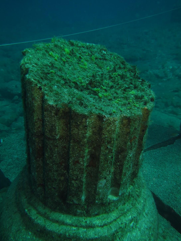 Arrecife artificial con forma de columna con base