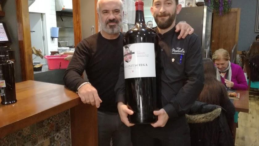 Antonio Ortiz y Adolfo Pageo con la macrobotella de vino
