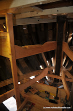 Photo: Les montants des couchettes, ainsi que le plancher et le nouveau puits à chaînes sont fabriqués et montés.