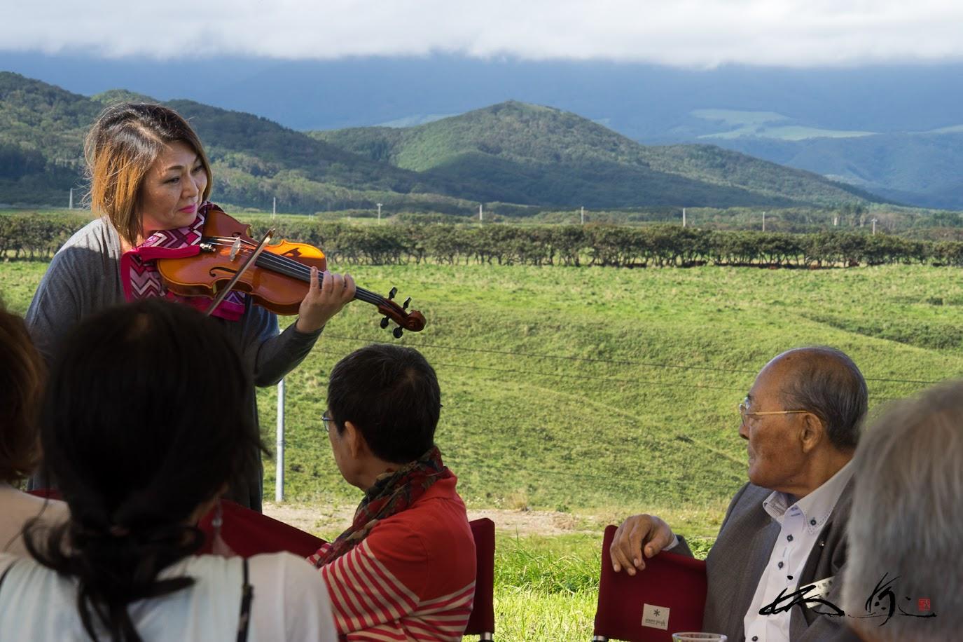 素敵なヴァイオリンの音色に岩本町長も魅了されて。。。