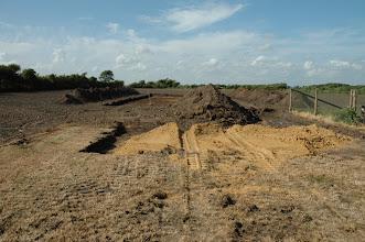 Photo: Jordafrømning kennelbygning samt vejen op til. Der bliver også rømmet jord af ud, hvor der skal være løbegårde fra bygningen.