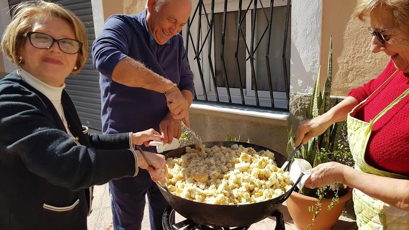 Juan Rueda Almansa preparó sus migas de pan con ayuda de algunas vecinas.