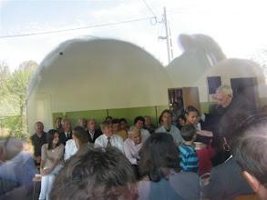 Photo: Esperes úr megáldja az emmausi gyermekeket.