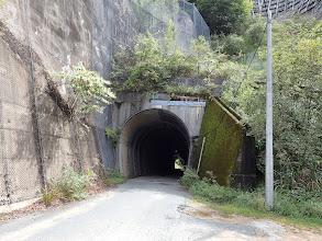 右にトンネル