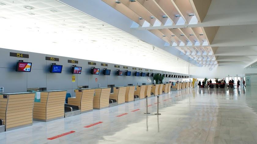 Escasa actividad en el aeropuerto en otra Semana Santa bajo la Covid-19