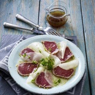 Schwarzer Rettich-Carpaccio mit Sesam-Thunfisch in Sojamarinade