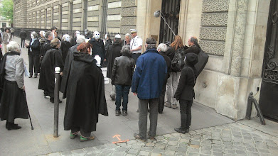Photo: 12:00 début de la chorégraphie devant le ministère de la défense, 231 Boulevard Saint Germain.