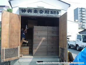 Photo: 【平成16年(2004) 宵々宮】 神輿奉安殿の扉が開かれ、神輿蔵出しが始まる。