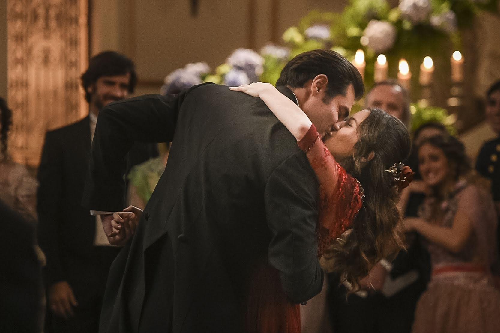 Elisabeta (Nathalia Dill) e Darcy (Thiago Lacerda) se beijam