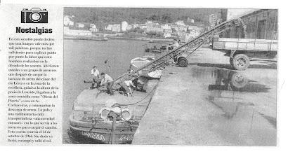 Photo: Un sistema para encher o camión de area dende a mesma barcaza. Dous homes palean na barca e a cinta fai o resto.