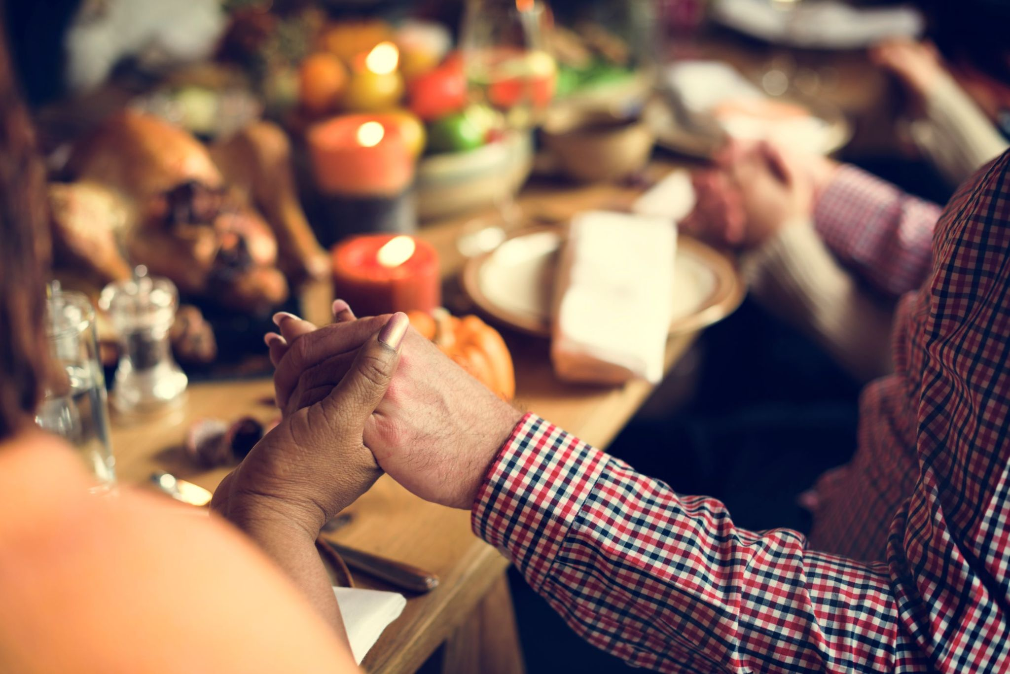 holding-hands-around-family-dinner-table