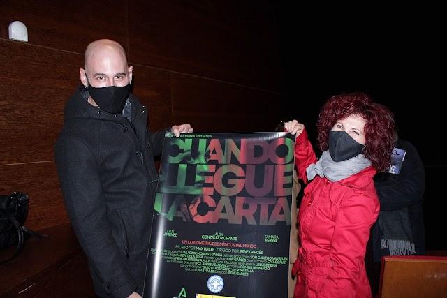 Carlos López Lirola y Sensi Falán mostrando el cartel del cortometraje.