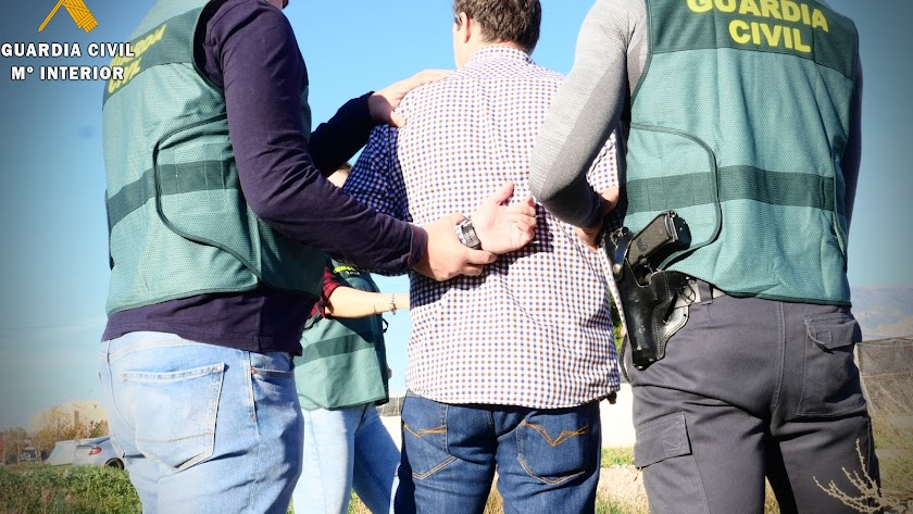 Agentes de la Guardia Civil con un detenido.