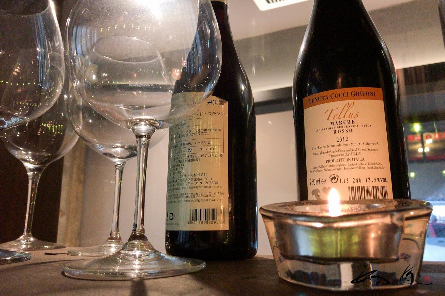 木棚に並ぶワイン&ワイングラス&キャンドル