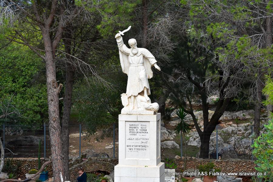 Скульптура Пророк Илья убивает жреца Ваала. Монастырь и святилище в Мухраке. Экскурсия по Кармельским горам гида в Израиле Светланы Фиалковой.