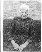 Photo: Mijn overgrootmoeder Aagje Schong-Wijker 97 jaar geworden, dat kwam door de vis zei ze. Wat heeft dit mensje veel meegemaakt in zo'n lang leven. Geb. 24-8-1854, overl.6-3-1951. Ouwe opoe Schong werd  ze genoemd   door de hele familie. Ze was erg geliefd.
