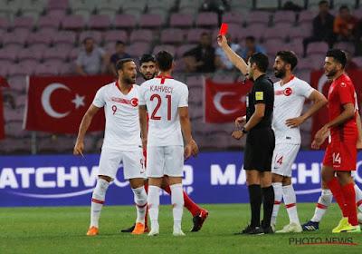 Turkije-aanvoerder Cenk Tosun krijgt rood na verhitte discussie met supporters