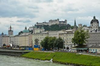 """Photo: Władcy Salzburga wznieśli u stóp Alp, """"niemiecki Rzym"""". W mieście dominuje barok. Niemal wszystkie dawne romańskie czy gotyckie budowle na przełomie XVII i XVIII wieku zostały przebudowane zgodnie z ówczesnym dominującym nurtem architektury."""