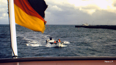 Photo: Mit solchen Booten wurden die Touristen draussen auf der Reede ausgebootet. Sie legten längsseits an das Ausflugsschif an, der Tourist sprang hinein - je nach Wellengang - und das Boot fuhr zum Anleger. Das war eine wichtige Einnahmequelle für die helgoländer. Nicht immer ganz ungefährlich.