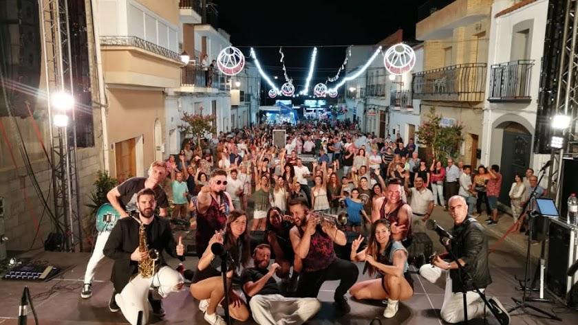 La verbena popular con la Orquesta Carrusel llenó la Avenida de los Santos Mártires.