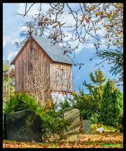 """Photo: Die Mitglieder der Kirchgemeinde hatten viele Spende bei kirchlichen Veranstaltungen eingesammelt, seit mit der Sanierung im Jahr 2007 begonnen worden war. Nun zeigt sich der Glockenturm in einem völlig neuen Holzgewand. """"Die alte Verkleidung war schon sehr unansehnlich"""", sagt die Camminer Pastorin, """"die Nadelholzbretter waren schon morsch, und vor Witterung hatten wir den Turm mit Dachpappe geschützt."""" Nach der Sanierung hat der Turm nun Eichenbretter und ist mit Schieferschindeln versehen worden. Das Bauwerk ist nun Hingucker in Cammin bei Rostock geworden. """"Alleinstehende Glockenstühle oder Glockentürme sind in der Region eine Seltenheit"""", sagt Pastorin Attula, """"deswegen gab es auch Fördermittel aus dem Leaderprogramm, das touristische Projekte unterstützt."""""""
