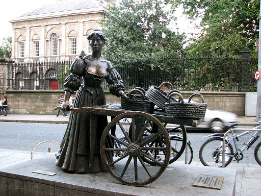 area-guide-2-molly-malone-statue