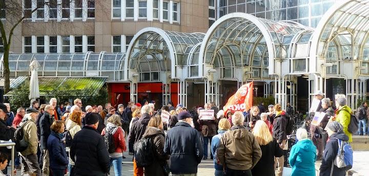 Demonstrant*innen auf dem Bertha-von-Suttner-Platz.