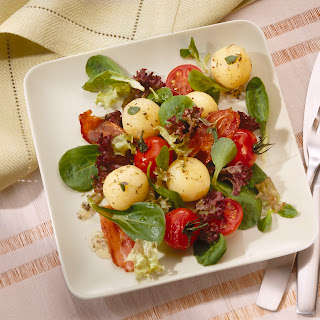 Marinierte Mini-Knödel auf Salat