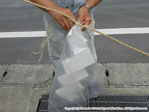 Photo: 【平成24年(2012) 太鼓開き】  注連縄に紙垂を取り付ける。