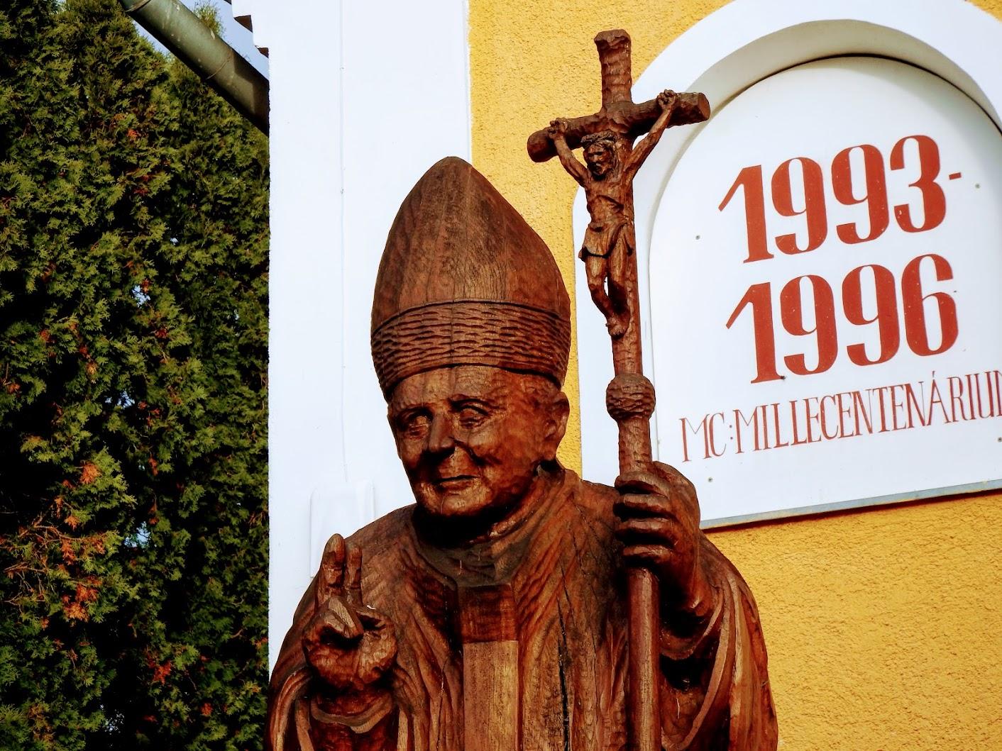 Vasszécseny - II. János Pál-szobor a plébániakertben