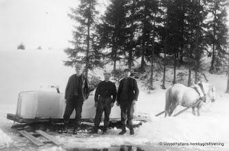 Photo: Västantorp 2-44 1940 isupptagning vid Larsviken i Sörsjön. Isen kördes till mejeriet i Vasselhyttan.