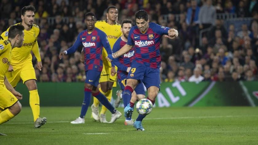 Luis Suárez lanzando a puerta para hacer el primero.