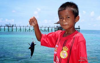 Photo: Kid fishing on Pulau Derawan, Borneo, Indonesia