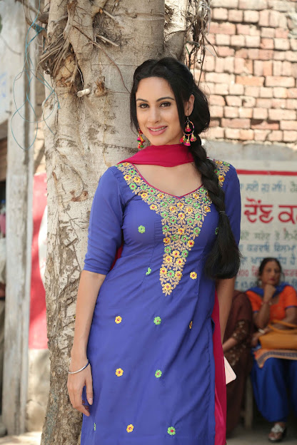 Deana Uppal in salwar kameez, Deana Uppal in desi avatar, Deana Uppal beautiful photos